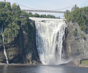 Le projet développé par Croisières AML avec la SÉPAQ amènerait les touristes très près de la chute Montmorency, « à même les embruns de la chute », selon la directrice générale adjointe de Croisières AML, Lucie Charland.
