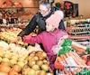 Les légumes qu'Anne Marie Deschamps etLili Vachon (6ans) reluquaient hier dans une épicerie de la Rive-Sud de Montréal risquent d'augmenter de 6% l'an prochain.