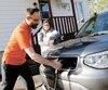 Pierre-Étienne Messier, de Québec, affirme que d'ici cinq ans il aura économisé plus de 2000$ par année depuis qu'il ne met plus d'essence dans ses véhicules.