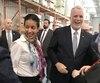 La ministre de la Stratégie numérique Dominique Anglade et le premier ministre Philippe Couillard étaient tout sourire lundi, lors de leur passage à l'imprimerie Marquis de Louiseville pour annoncer le déploiement d'internet haute vitesse.