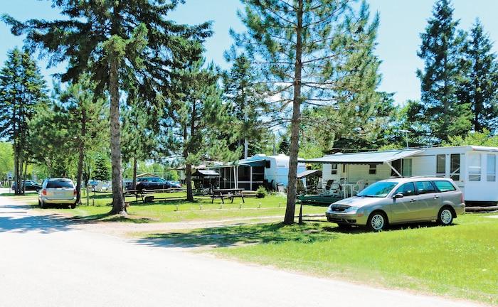 De plus en plus de gens profitent des sites saisonniers sur plusieurs campings du Québec. Ils se créent une véritable aire de vie en pleine nature, tout en profitant des activités offertes sur les lieux.