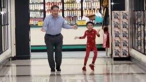 À 5 ans, il danse à l'épicerie avec son grand-père