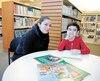 Christine Chedid est en compagnie de son fils Joey Hadchiti, 6 ans. Un rapport du protecteur de l'élève fait état du manque de communication de l'école au sujet de son garçon, qui a un diagnostic de trouble du spectre del'autisme.