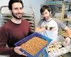 Gabriel Dubois et Samuel Richard élèvent 35000 vers de farine et 2000 ténébrions meuniers adultes dans un petit local à Louiseville. Quatre scorpions (dont un sur une main) y vivent aussi, car ils veulent faire des conférences dans des écoles.