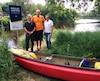 Le conseiller municipal Mario Fortier, le consultant en canotage André Faubert et le maire de Lévis, Gilles Lehouillier, ont inauguré vendredi le nouveau parcours de 7 km aller-retour sur la rivière Beaurivage.