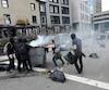 Des militants antiracistes ont renversé une poubelle et y ont mis le feu sur Grande-Allée.