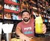 Restaurateur de Sherbrooke, Maxime Pothier boit un verre avec une paille biodégradable, lui qui a banni celles en plastique.