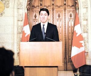 C'est un Justin Trudeau ébranlé qui s'est excusé mercredi, devant les médias, de ne pas avoir demandé la permission à la commissaire à l'éthique du Canada pour son voyage sur l'île privée de son «ami» le milliardaire Aga Khan. Ce Noël, M. Trudeau restera au pays.