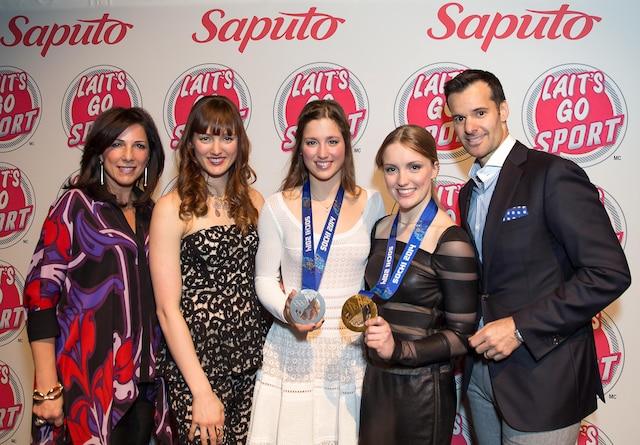 L'entreprise Saputo soutient les trois sœurs Dufour-Lapointe depuis de nombreuses années. Sur la photo, on voit Amélia Saputo et son époux, Lino Saputo Jr, accompagnant Maxime, Chloé et Justine Dufour-Lapointe.
