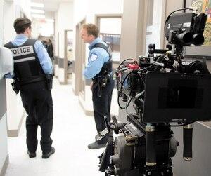 Cette scène de la série<i>19-2</i> a été tournée en décembre2013. Le réalisateur Podz fait appel à plusieurs véritables policiers en tant qu'acteurs.
