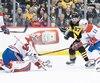 Carey Price, qui était de retour au jeu, mercredi, repousse une attaque de Sidney Crosby, en deuxième période.