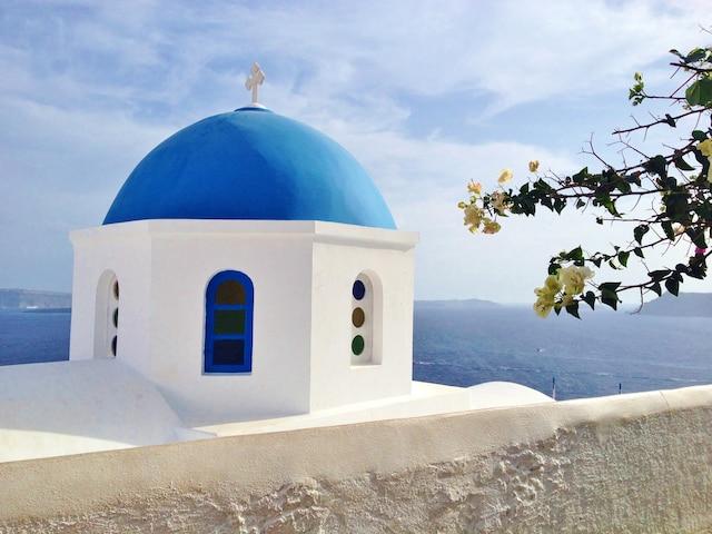 L'île de Santorin est reconnue pour ses maisons blanches aux toits bleus.
