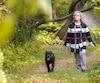 Linda Gallant, avec son chien Rosco, sur un sentier derrière l'auberge familiale.