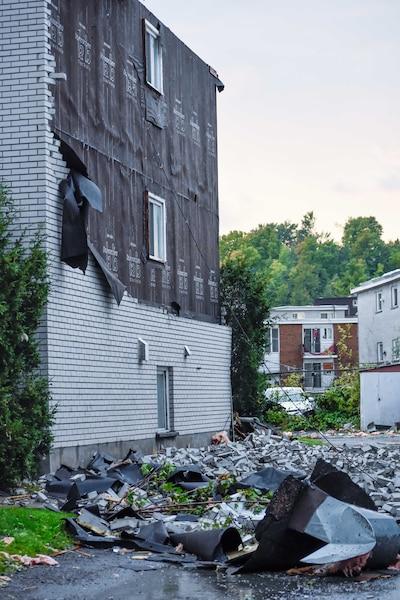 Le revêtement extérieur d'un immeuble du secteur Mont-Bleu à Gatineau a été soufflé.