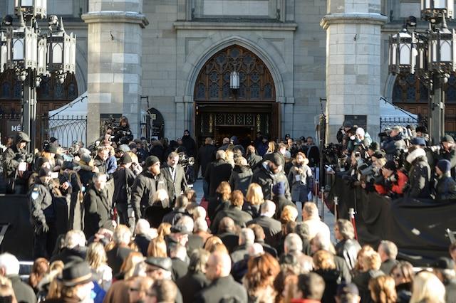Ouverture des portes aux invités lors des funérailles de René Angelil, célébrées ce vendredi après-midi 22 janvier 2016, à la Basilique Notre-Dame, à Montréal.
