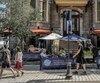 Des restaurateurs de la Grande Allée font preuve d'originalité pour attirer les employés cette semaine, comme le Saint-Hubert, qui invite les employés des autres succursales de Québec à venir travailler en temps supplémentaire. En échange, ces employés peuvent gagner des prix en argent variant entre 200$ et 300$.