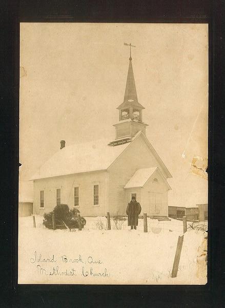 La photo ne comporte aucune mention, mais le propriétaire affirme qu'elle aurait été prise avant 1925 et que l'homme y apparaissant serait le curé de l'époque.