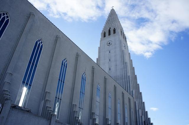 L'église luthérienne Hallgrímskirkja, faite de béton. Son plus haut point fait 75 mètres de haut. C'est sans contredit l'un des plus importants points touristiques de la capitale islandaise.