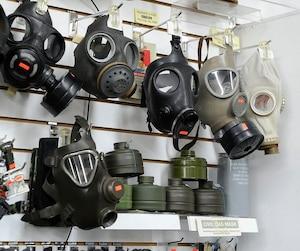 Les masques à gaz sont recherchés à Québec en prévision du G7. Le propriétaire de la Boutique Militaire Québec, Pascal Lemieux, indique que tant des manifestants que des résidents de la Haute-Ville se sont procuré des équipements de protection.