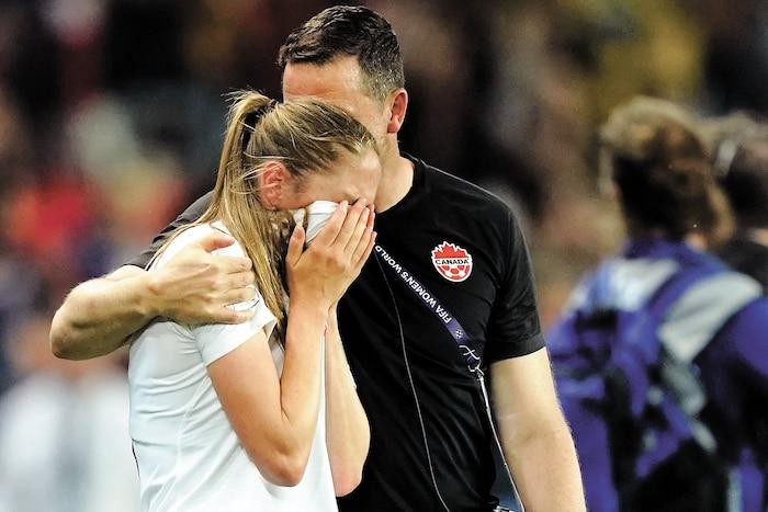 Janine Beckie ne pouvait retenir ses larmes après l'élimination du Canada à la Coupe du monde.