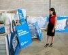 La candidate Catherine Fournier examine les pancartes électorales du Parti québécois à Boucherville, en ce 16 août 2018.