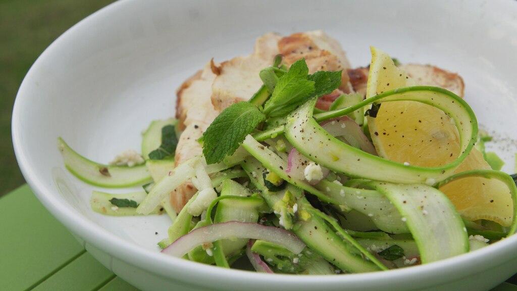 Salade d'asperges, menthe, feta et poulet grillé