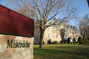 Les enquêteurs de l'Unité permanente anticorruption (UPAC) ont mené, le mardi 17 avril 2012, une vaste opération policière dans plusieurs municipalités au nord de Montréal. L'hôtel de la ville de la municipalité de Mascouche a été perquisitionné.