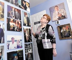 Dans son logement de Québec, Nicole Dupuis a transformé une pièce en musée dédié à son idole de toujours.