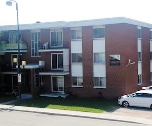 Les deux fillettes étaient dans le cadrage d'une fenêtre du troisième étage à droite (où l'on voit les chaises blanches) de cet immeuble à logements de Charlesbourg.