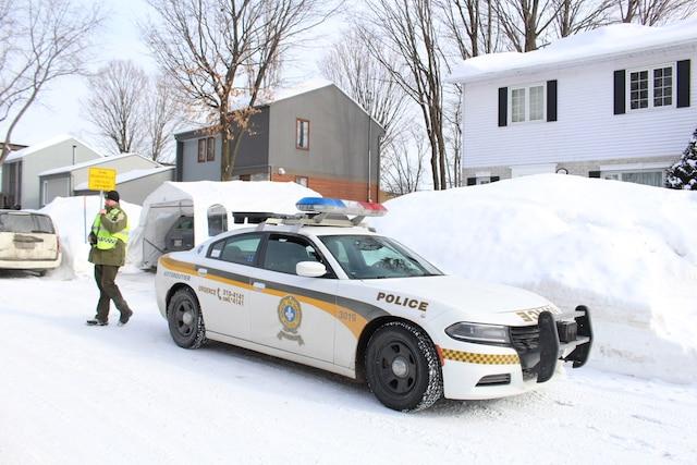 Des enquêteurs se rendent à la résidence de l'un des suspects impliqués dans la fusillade à la Grande Mosquée de Québec, le lundi 30 janvier 2017, sur la rue du Tracel, à Québec. MARC VALLIÈRES/AGENCE QMI