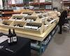 Costco est en train de déployer dans ses succursales un nouveau concept d'étalages et de présentoirs pour mettre en valeur une section de bouteilles de vin. Aux États-Unis, Costco a vu ses ventes de produits alcoolisés exploser de 46% depuis cinq ans dans ses magasins-entrepôts.