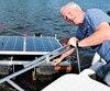 Le président de l'Association du lac Tomcod, Claude Paulin, explique avoir installé trois appareils qui émettent des ultrasons et qui permettent de rendre l'eau du Petit lac Saint-François plus claire.