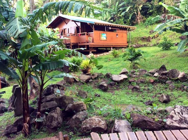 L'une des cases au cœur du jardin tropical des Bananes vertes, à Saint-Claude.