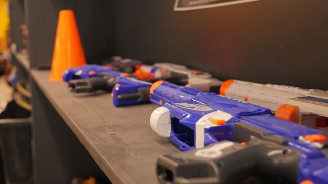 Les enfants de 5 ans et plus peuvent participer à des guerres de fusils «Nerf »