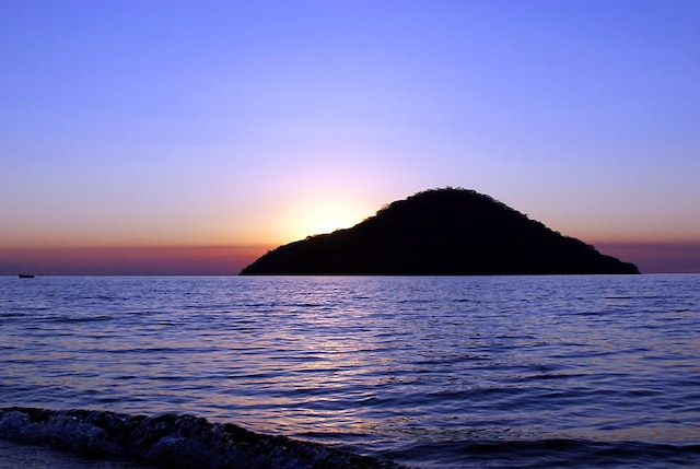 Le soleil se couchant sur l'île de Thumbi.