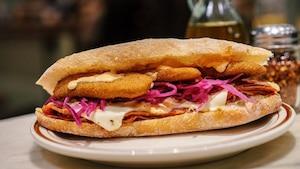 Un panini aux cornichons frits à essayer
