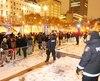 Après des avertissements, le groupe de manifestants a été repoussé sur le trottoir derrière les clôtures installées près du Centre des congrès de Québec, vendredi soir.