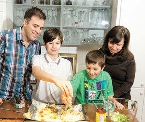 Denis Paquin, Josée Lalonde et leurs deux enfants, Emil (à gauche) et Ulysse ont décidé de se faire des pizzas avec du thon en conserve pour le souper au dernier jour de l'expérience où, c'est le cas de le dire, tout le monde devait mettre la main à la pâte.