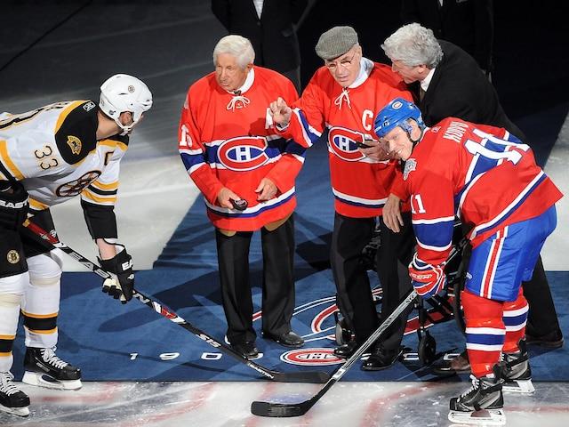 Hommage aux anciens canadiens Elmer Lach et Butch Bouchard Mise au jeu avec Zdeno Chara et Saku Koivu