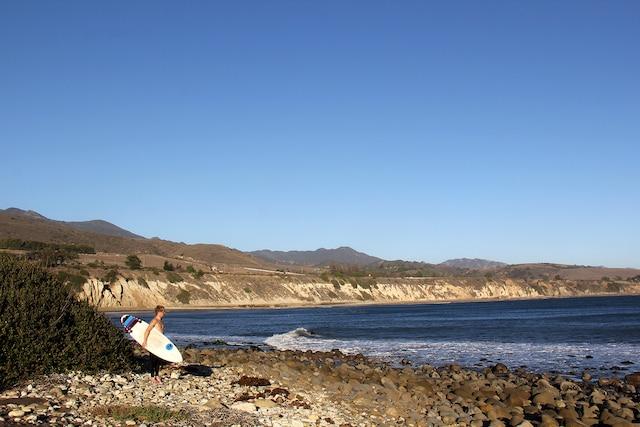 Spot de surf à El Capitan State Beach,  non loin de Santa Barbara, en Californie.