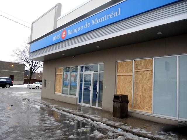 Des commerces ont été vandalisés lors de la manifestation contre la brutalité policière du mercredi 6 avril 2016 à Montréal Nord. Photos prises au lendemain du saccage. Sur la photo, la BMO du boulevard Henri-Bourassa. FRÉDÉRIQUE GIGUÈRE/LE JOURNAL DE MONTRÉAL/AGENCE QMI