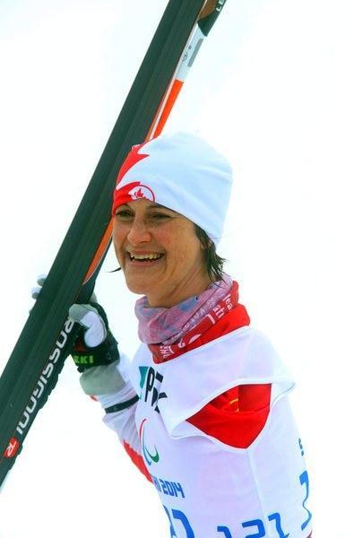 Caroline termine l'événement de biathlon 10k sous la pluie aux jeux paralympiques de Sotchi