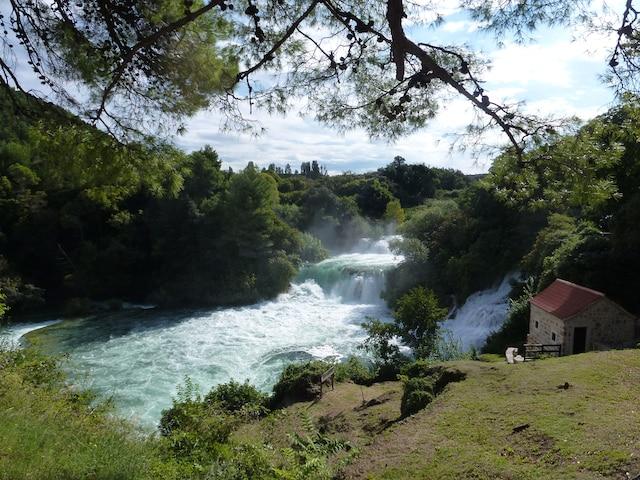 Le parc national de Krka, en Croatie, présente des chutes d'eau et tout un réseau de cascades au milieu de la forêt.