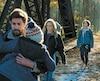 John Krasinski et Emily Blunt dans une scène du thriller <i>Un coin tranquille</i>.