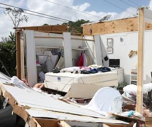 Beaucoup de Québécois qui possèdent une maison mobile en Floride attendent avec anxiété de découvrir si leur propriété a subi le même sort que celle ci-dessus située dans la ville de Naples.