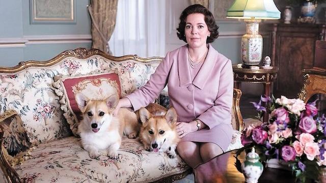 La reine (Olivia Colman) et ses fameux corgis