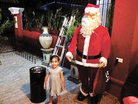 Acest cuban mic, uimit, descoperă pentru prima dată Santa Claus.