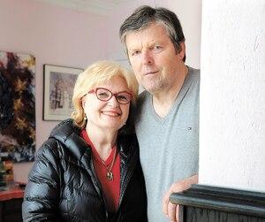 Marian Stastny et sa femme Eva, lundi, dans le lobby de l'immeuble principal du Golf Stastny.