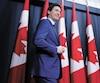 Lors d'un point de presse concernant l'affaire de la firme d'ingénierie SNC-Lavalin, jeudi à Ottawa, Justin Trudeau a parlé de l'importance qu'avait la justice aux yeux de son défunt père et ex-premier ministre du Canada, Pierre Elliott Trudeau (en mortaise).