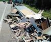 Après l'impact, plusieurs objets se sont retrouvés sur la route.